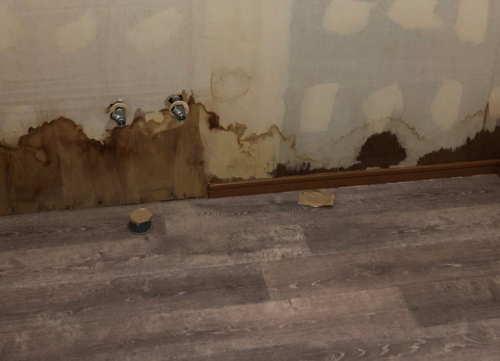 排水溝の部分のクッションフロアに穴をあける