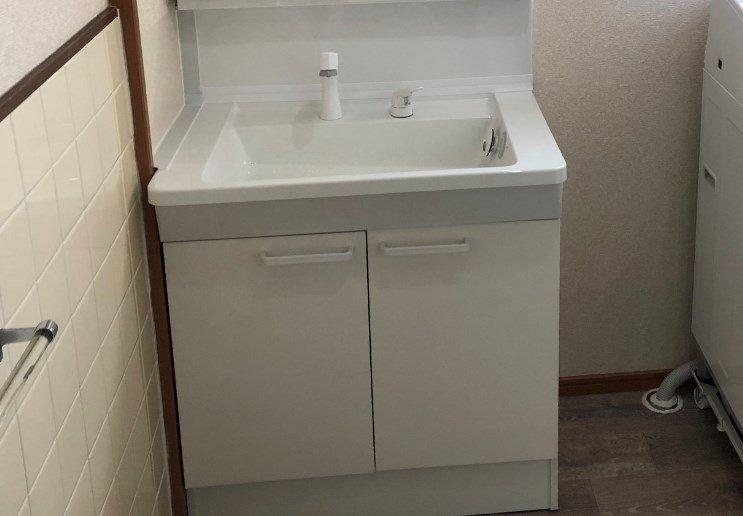 TOTOの洗面台の扉が歪んでいる