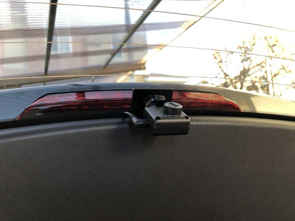 リアハッチの窓に取り付けたドライブレコーダー
