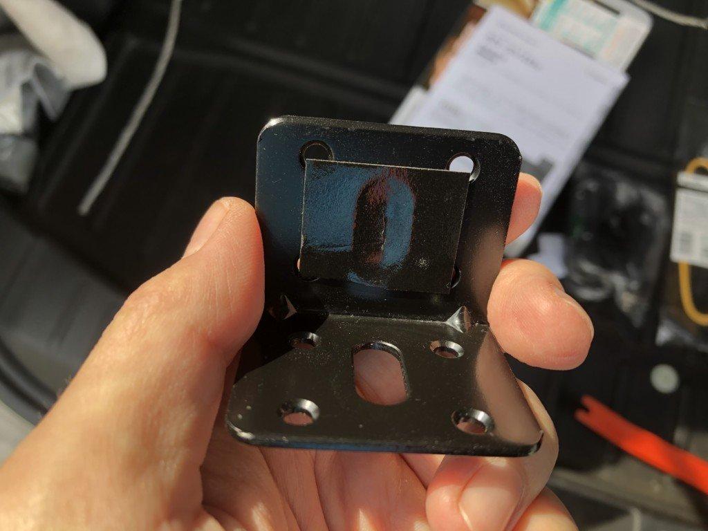 L字の金具に両面テープ