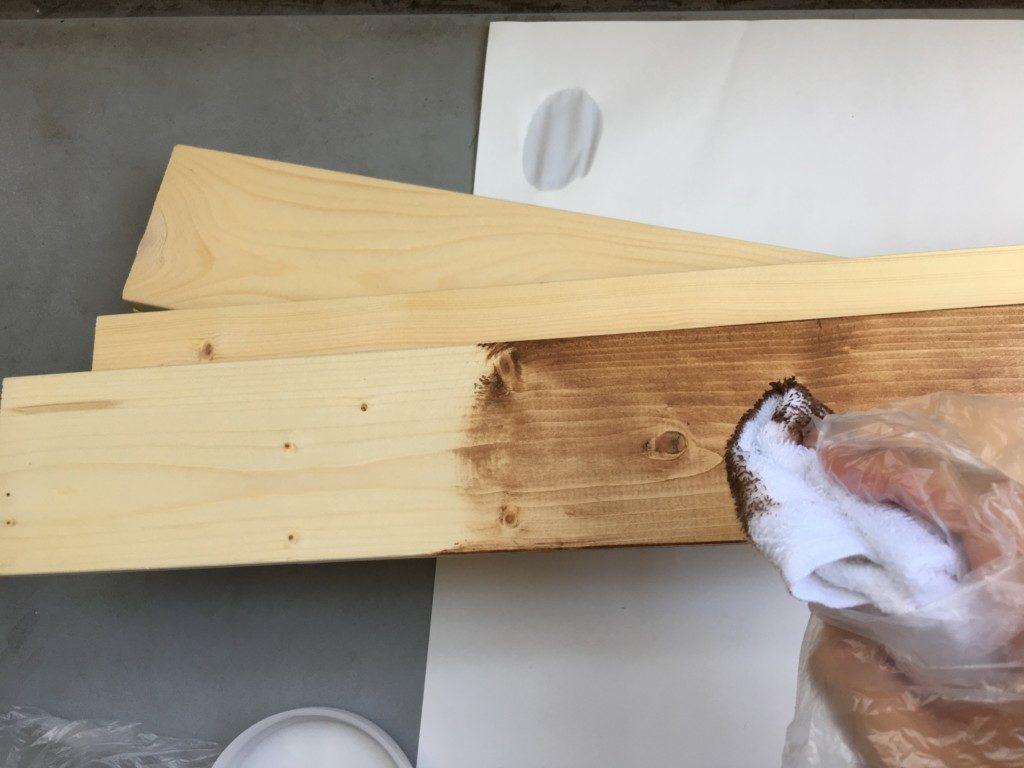 ビンテージワックスを木に塗る