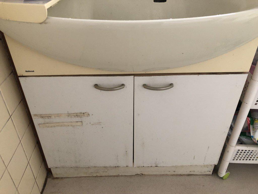 交換前の洗面台はカビと汚れ