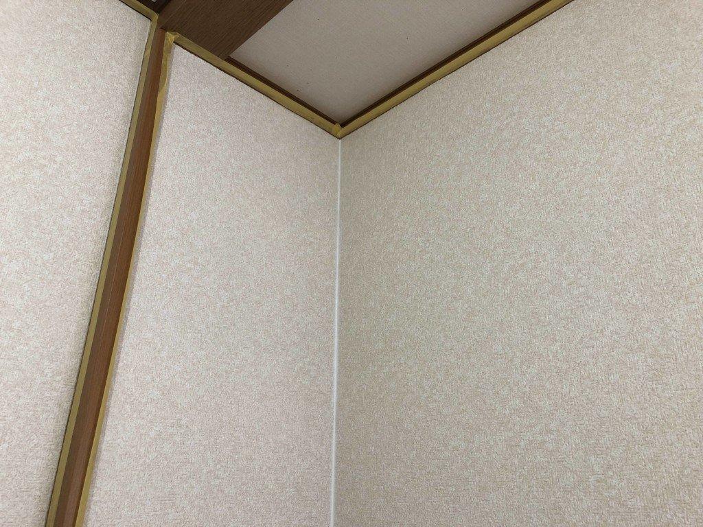 壁紙の角をコーキング材で処理する