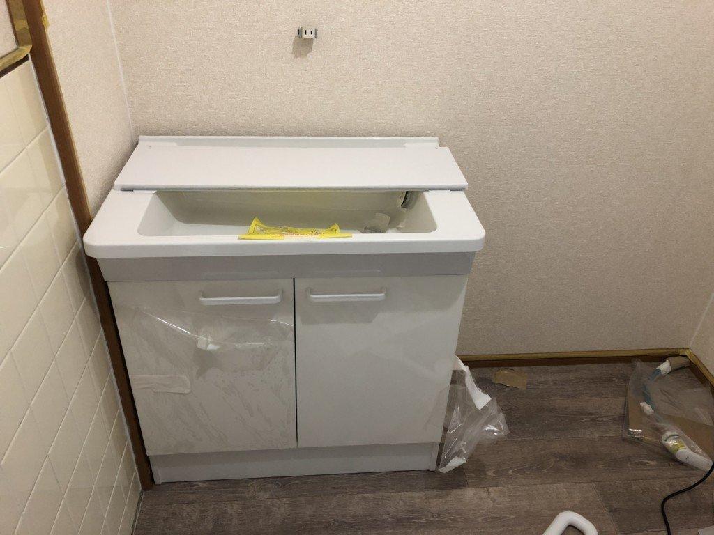 洗面所に洗面台を運ぶ