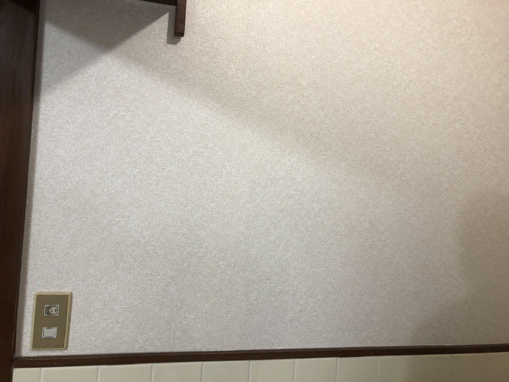 スイッチのカバーを戻して壁紙張替え終了