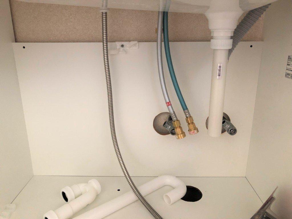 配管の位置を確認して洗面台に穴をあける