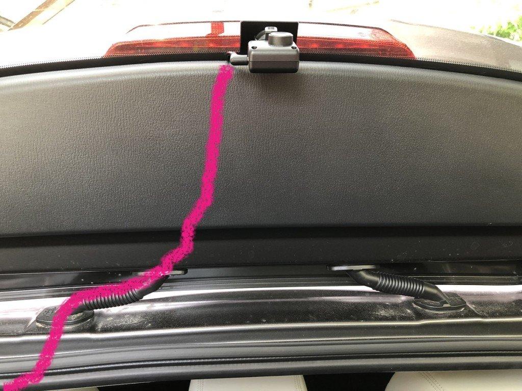ドライブレコーダーの後ろからの配線|ゴム管を通している