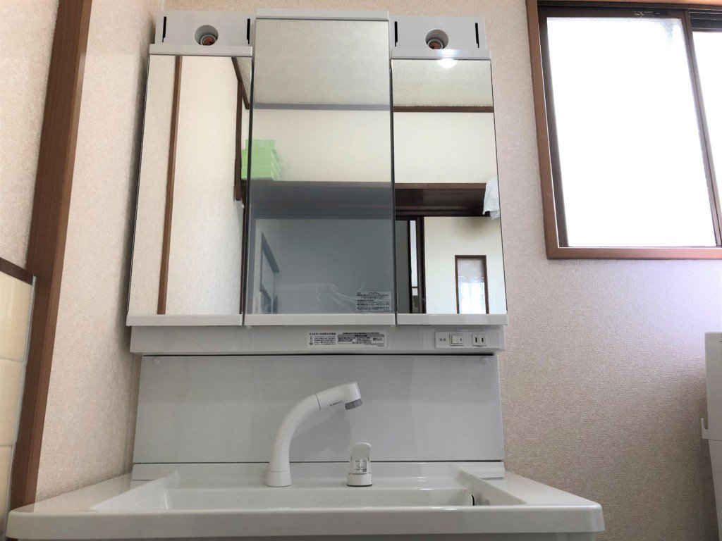 洗面台の上側(ミラー)を取り付ける