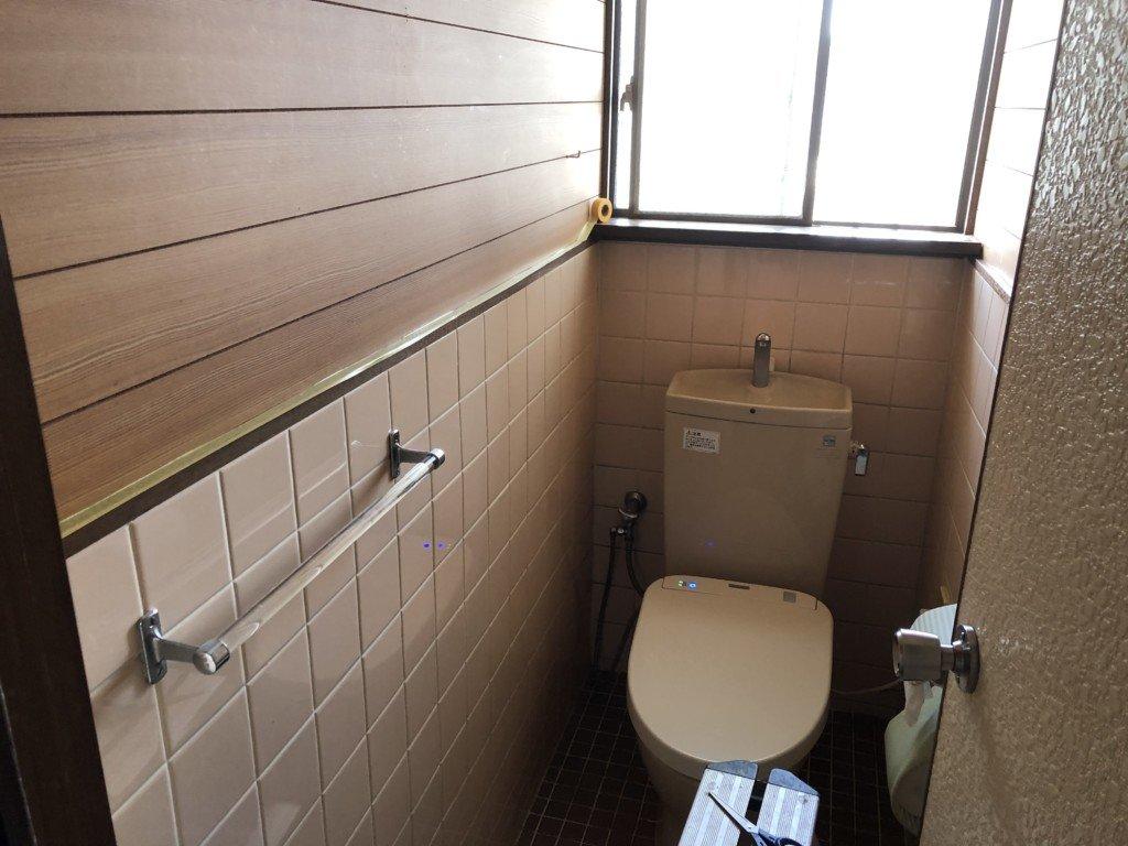 ペンキを塗る前のトイレの壁