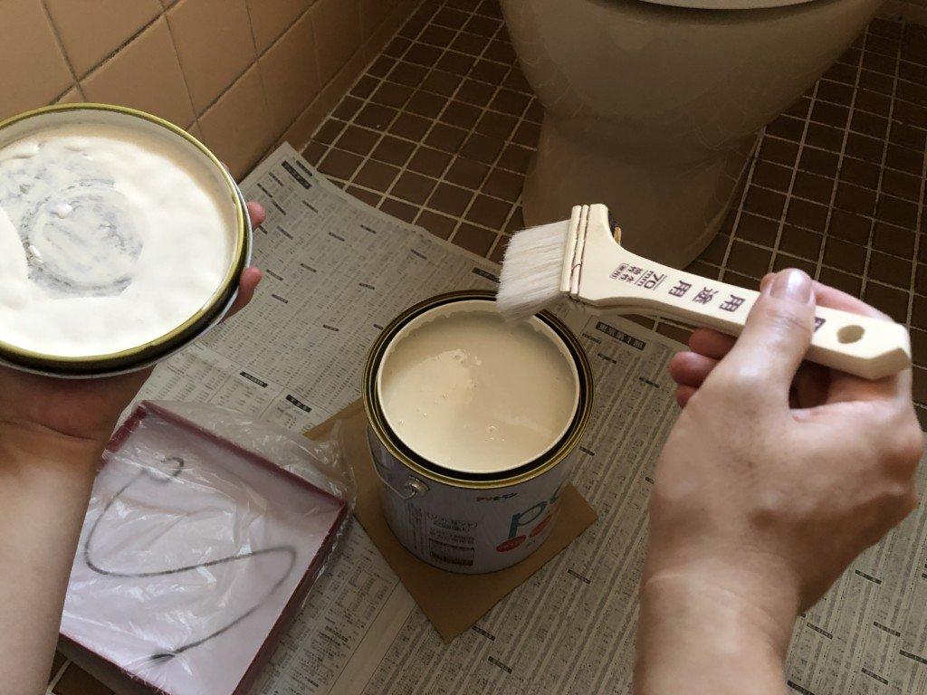 ペンキを刷毛で塗る