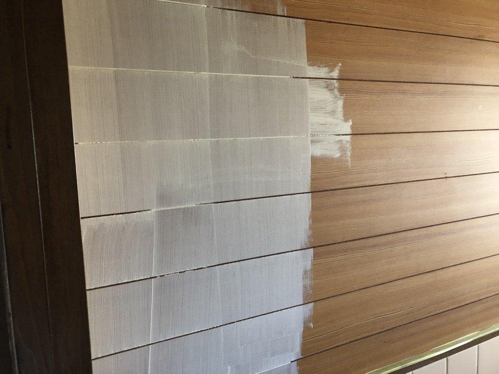 壁に白いペンキを塗る