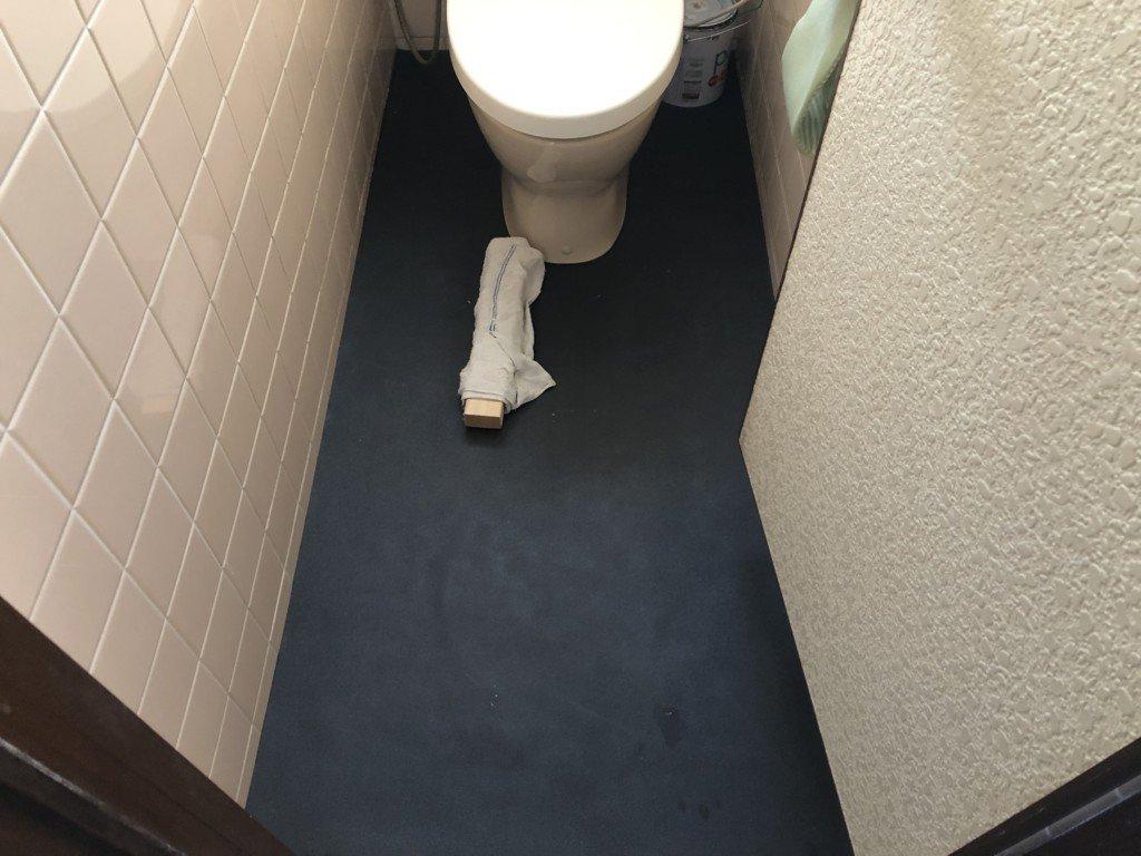 タイル床に断熱下地材を貼る