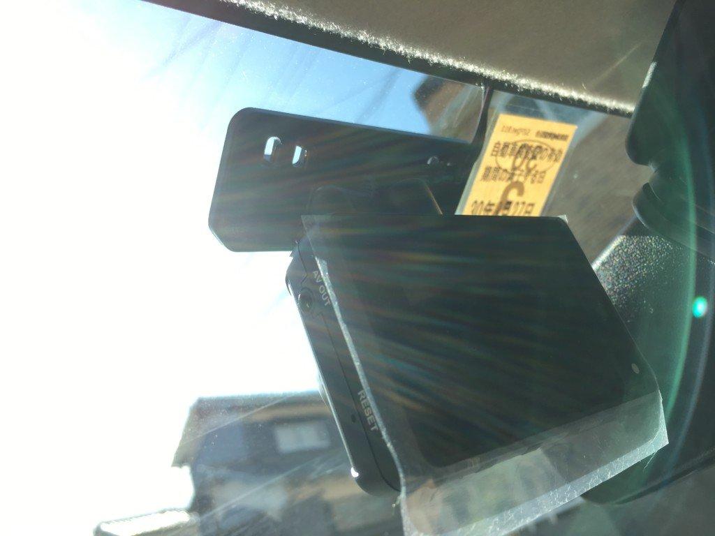 フロントガラスにドライブレコーダーを設置