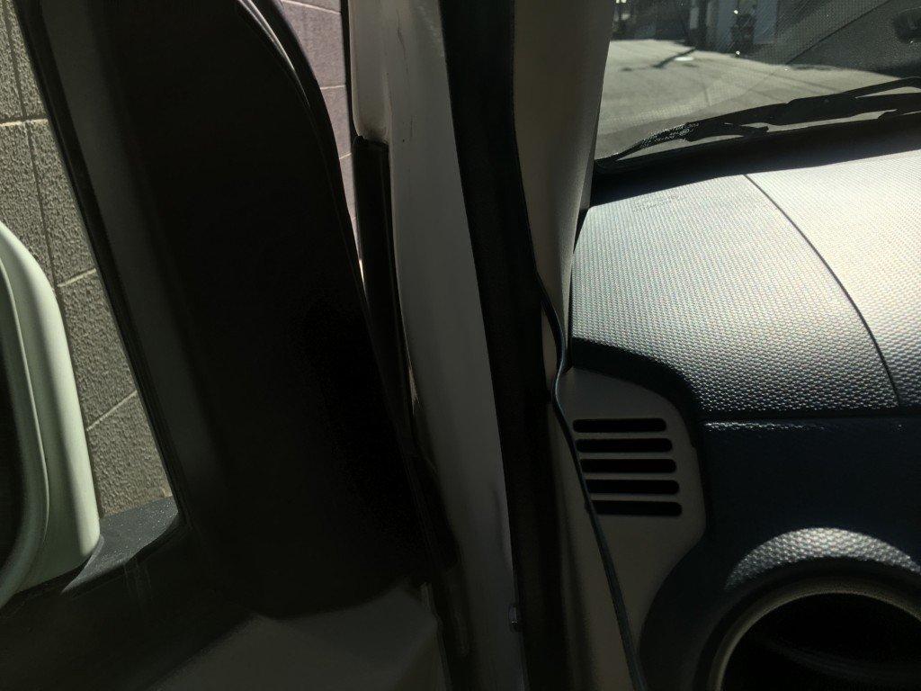 ドライブレコーダーの配線をパッキン内に押し込む