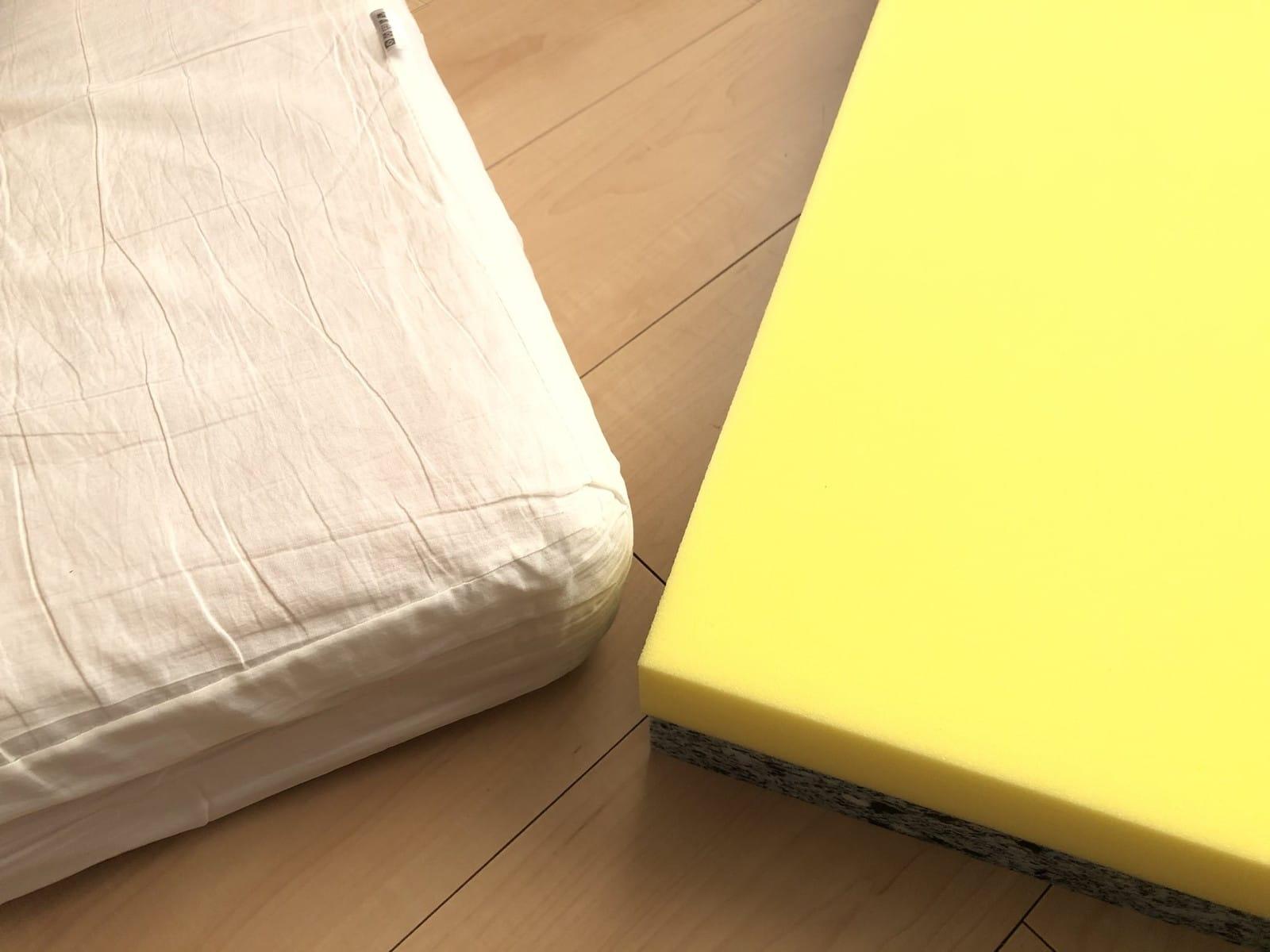 左がカバーを外した状態のソファーの中身