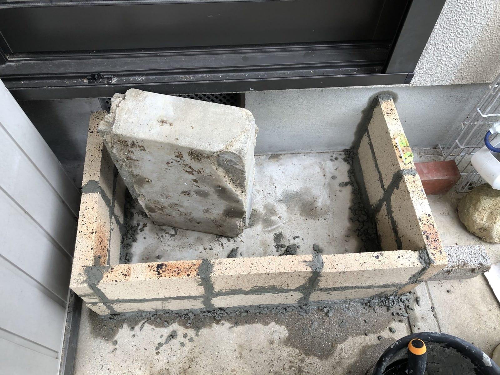 レンガで階段の外枠を作る