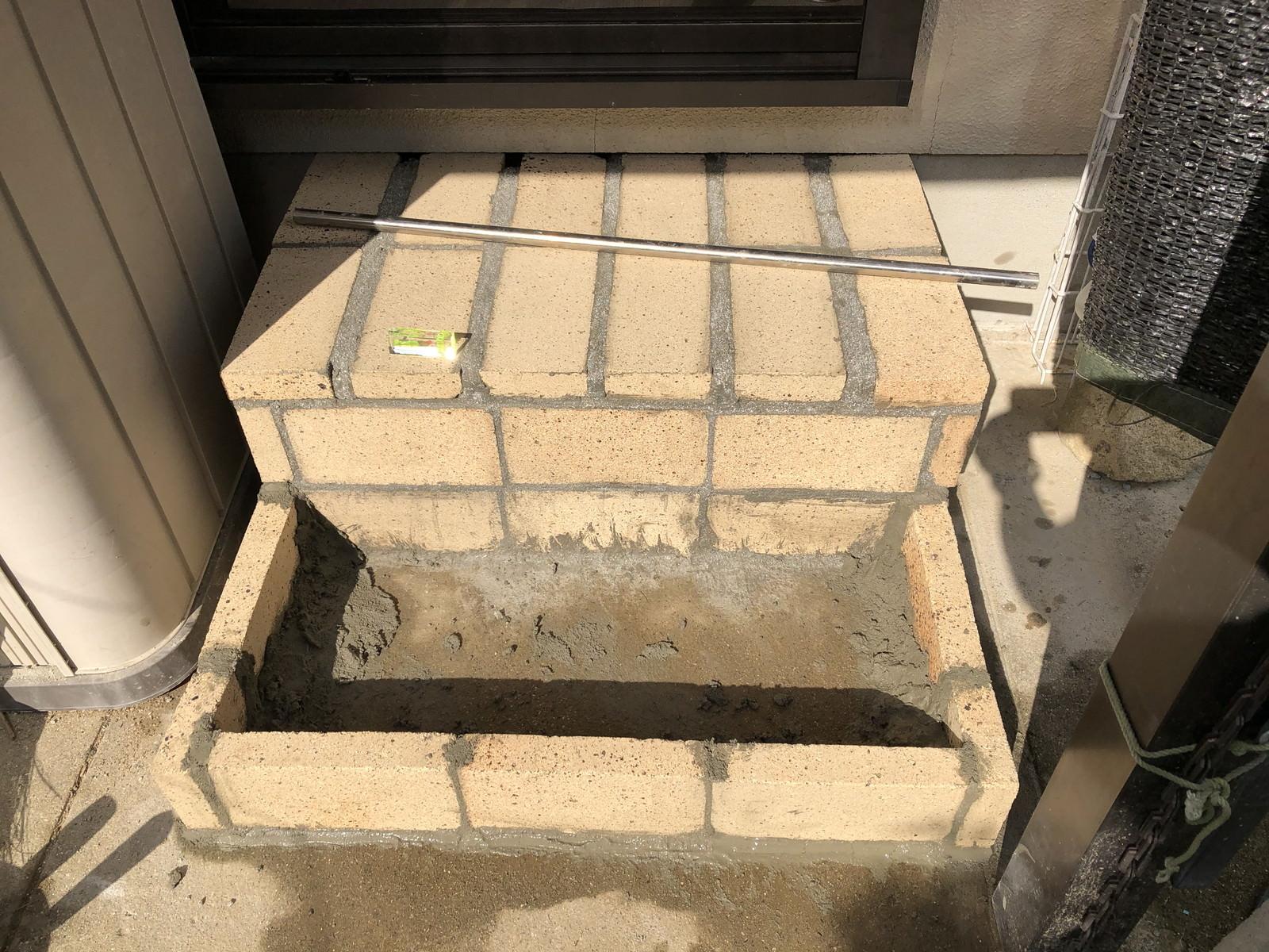 1段目の階段の外枠をレンガで作る