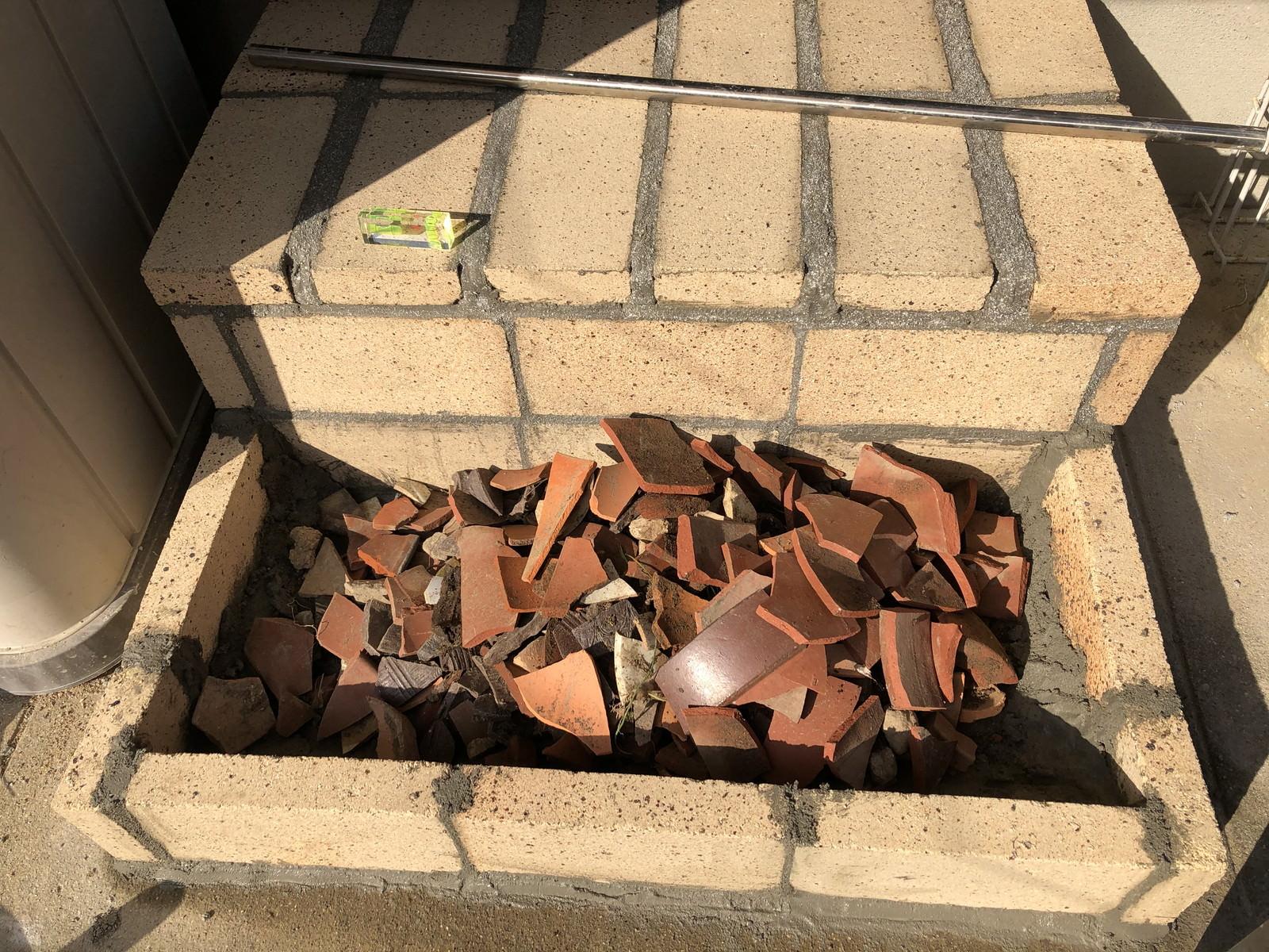 不要な植木鉢の破片を入れた